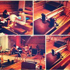 """@inspirahpilates's photo: """"Gustavo @silencioagudo, Alicia @neuroteacher y Susana estudiando ell módulo de #pilates #reformer"""""""