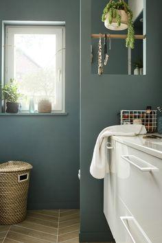 Design idea sage green in the bathroom Bathroom Colors, Bathroom Sets, White Bathroom, Bathroom Interior, Bathroom Green, Rustic Kitchen Design, Scandinavian Kitchen, Bathroom Inspiration, Open Shelving