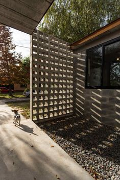 32 Awesome Decorative Concrete Block Wall – House The Culture Decorative Concrete Blocks, Concrete Block Walls, Concrete Bricks, Concrete Houses, Warehouse Design, Timber Buildings, Brick Design, Brickwork, Facade House