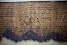 El trozo de pergamino, quemado, estaba en la oficina de un arqueólogo, imposible de leer sin destruirlo hasta ahora. Los científicos finalmente han podido leer el texto bíblico más antiguo jamás en…