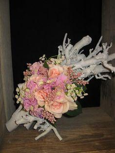 Zijde bloemen met witte decoratie takken.  www.decoratietakken.nl