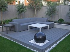 Contemporary outdoor lounge with composite decking and spherical granite water feature in constrained palette of greens and grey – Longacres Landscape zaun granit Patio Decor, Modern Garden Design, Contemporary Garden, Modern Pools, Garden Furniture, Deck Design, Modern Landscaping, Contemporary Outdoor, Backyard Renovations