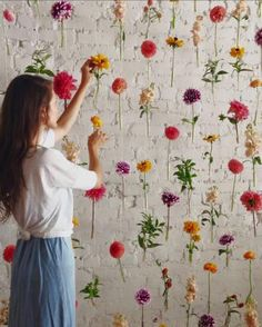 This floral photo-booth backdrop and 11 other amazing DIY wedding decor ideas - wedding Wedding Table, Diy Wedding, Wedding Flowers, Dream Wedding, Trendy Wedding, Wedding Photos, Diy Flowers, Wedding Reception, Flower Garlands