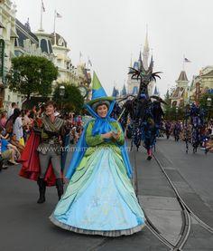 Tradicional vestido de hada acompañando al Dragón de la Bella Durmiente. #Disney Detalle aquí http://mamamoderna.com.mx/2014/06/disney-festival-of-fantasy-parade.html