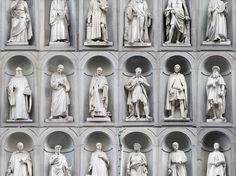 La serie degli uomini illustri nel cortile degli Uffizi: artisti e scienziati, politici e mecenati per illustrare il genio toscano nei secoli.