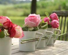 Ein Hingucker für den Garten- oder Wohnzimmer-Tisch: Die #Rosen-Reihe aus #Blüten in schlichten, weißen #Kaffeebechern.