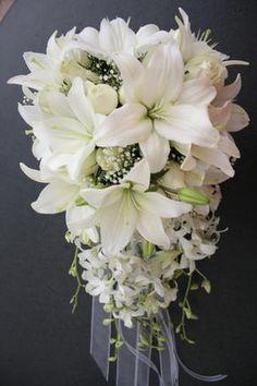Hermoso y elegante ramo de novia elaborado con lilys, rosas y orquideas