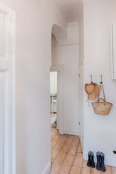 Such a cute, crooked nook of a hallway! With such a tall, spacious ceiling and a gorgeous arch! I know this one is far from ever happening in any home I may own, but I can dream.