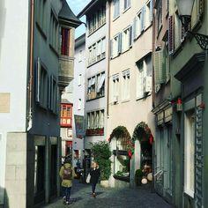 Conhecer a Suíça?Conte com @aquelasuaviagenm e @guiazurique -  Zurique  Quem morou nessas casas? Que histórias e personagens se escondem por trás desses edifícios históricos?  Descubra mais sobre as cidades em nossos City Tours por Zurique Lucerna Berna ou Basel. Mais em nossos outros Instas @guialucerna & @guiasuica   ______Guia Suíça desde 2013________ Serviços: Roteiros Transfer Receptivo City Tour nas principais cidades da Suíça. www.guiasuica.com | info@guiasuica.com…