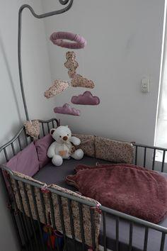 Tour de lit et mobile / fait main / fille / liberty / bébé / mauve / nuages / lit en fer gris Baby Bumps, Mauve, Toddler Bed, Furniture, Home Decor, Gray, Handmade, Tour De Lit, Clouds