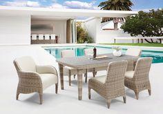 Havuz başı konforu ve rahatlığını arttıracak modern mobilyalar gün batımının harika görünümü ile size eşlik ediyor.