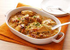レシピ説明:鶏もも肉を漬け込むスパイシーなソースが、プレーンヨーグルトのおかげでマイルドなテイストに。キャセロールで作れば、手間いらずでラクラクです。