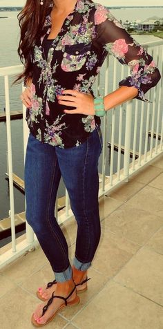 Skinny Jeans With Floral Blouse and Flats