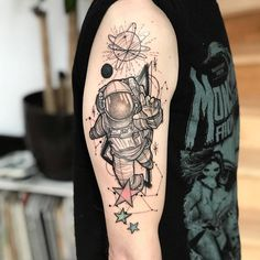 Tatuagem de astronauta em pontilhismo - veja mais no blog Star Tattoos, Cute Tattoos, Tattoos For Guys, Tattoos For Women, Astronaut Tattoo, Alien Tattoo, Spaceship Tattoo, Rocket Tattoo, Planet Tattoos