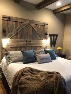 Decorated rooms: 60 ideas of environments to get right in the decoration - Home Fashion Trend Western Bedroom Decor, Western Bedrooms, Rustic Bedroom Design, Barn Bedrooms, Rustic Bedrooms, Rustic Bedding, Country Bedding, Door Bed, Barn Door Decor