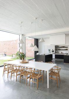 polybeton - zwart/witte keuken - strakke tafel/houten stoelen