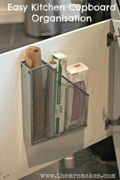 Gebruik een tijdschrifthouder om huishoudelijke rollen op te bergen aan de binnenkant van je kast.