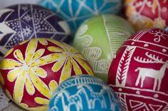 Ovos decorados e recheados com amendoim