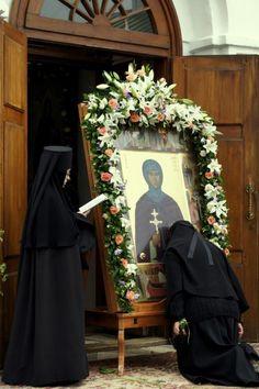 Orthodox nuns - reading the Paraklesis to Saint Euphrosyne of Polotsk Bride Of Christ, Church Flowers, Religious Architecture, Orthodox Christianity, Holy Week, Orthodox Icons, Holy Spirit, Faith, Saint Nicholas
