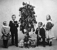 Christmas tree made from kale, used by poor people or in areas of Denmark where trees were in short supply. This photo is from 1904, and is actually the photographers attempt at copying the tradition from his home. The story goes that his children were very unhappy with the tree.