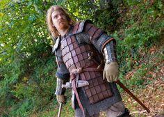 Hay pocas evidencias arqueológicas del uso de armaduras laminares (lamellar) de cuero por parte de los vikingos (solo se han encontrado e...