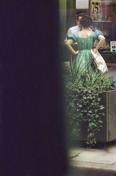 By Saul Leiter, Green Dress. By Saul Leiter, Green Dress. Fine Art Photography Galleries, Artistic Photography, Color Photography, Vintage Photography, Street Photography, Photography Photos, Saul Leiter, Verde Vintage, Fotografia Social