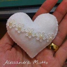 Hulyasya kaptı 🌹 Felt Decorations, Valentine Decorations, Valentine Crafts, Valentines, Felt Christmas Ornaments, Christmas Crafts, Craft Gifts, Diy Gifts, Felt Keychain