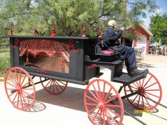 Static: Horse drawn hearse from Halloween Forum.