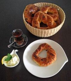 One of my favourite international breakfasts: Turkish acma. Find an easy recipe how to make filled acma rings. Blog Pictures, Onion Rings, Bagels, Breakfast Recipes, Cloud, Easy Meals, Muffin, Ethnic Recipes, Muffins