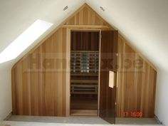 Enkel voorbeelden van infrarood cabines met een schuin dak. Uw infraroodcabine kan aan iedere ruimte worden aangepast / aangewerkt. Klik hier voor info.