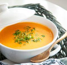 marchewkowa zupa krem:          1 pęczek młodej marchewki      2 dojrzałe pomidory      1 i 1/2 bulionu warzywnego      3 łyżki masła      3 łyżki śmietany 18 proc.      sól      pieprz      cukier   po 1/2 łyżeczki słodkiej papryki i gałki muszkatołowej    2 łyżki posiekanej natki pietruszki