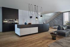 Wildhagen   Design Keuken van LEICHT met kookeiland in zwart-wit