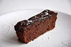 Ciasto, które jest słodkie (a bez cukru), pyszne i w dodatku zdrowe? Tak, takie na szczęście istnieją! Zapraszam na ciasto czekoladowe z czerwonej fasoli :)