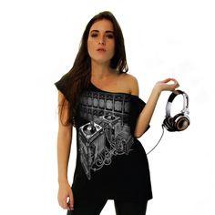 Camiseta que reverencia a galera dos pratos: os DJ's! Eles se originaram nas discotecas em meados dos anos 70 nas pistas de dança, utilizando apenas discos de vinil em suas apresentações, até o meado dos anos 90, mesmo já existindo CDs nesta época, não havia equipamentos que permitissem o sincronismo das músicas: a mixagem.