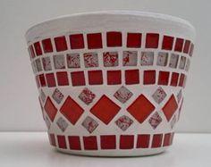 Vaso P/ Violeta Mosaico Vermelho Branco Mosaic Planters, Mosaic Birdbath, Mosaic Vase, Mosaic Flower Pots, Ceramic Flower Pots, Mosaic Diy, Mosaic Garden, Mosaic Crafts, Mosaic Projects