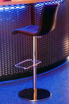 € 103,50 GINGER #sgabello #granconfort, girevole a 360°, regolabile in altezza, seduta imbottita e rivestita in #ecopelle nero, base con #poggiapiedi in metallo cromato, 100% #MadeinItaly, sceglilo per la penisola in #cucina oppure per il bancone del #bar, #pub, #caffetteria, in #offerta #prezzo su www.chairsoutlet.com
