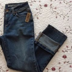 NWT DKNY Stretch Jeans Medium wash cropped designer jeans...great go to pair of jeans for the spring and summer.. Classy yet fun.. Dress up or down these designer jeans will make you feel like you are at the top of your game...comes from a smoke free home💫💕💫 DKNY Jeans