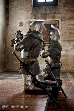 Доспех Knights praying in medieval church. Medieval Knight, Medieval Armor, Medieval Fantasy, Armadura Medieval, Knight In Shining Armor, Knight Armor, Larp, Templer, Renaissance