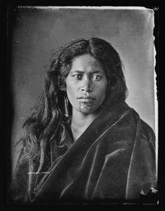 Studio portrait of Maori woman with moko on chin wearing a blanket. Studio photo by the American Photographic Company (Auckland). Maori People, Tribal People, Tonga, Tahiti, Polynesian People, Facial Tattoos, Maori Designs, Maori Art, People Of The World