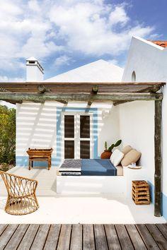 Une vieille cabane de pêcheur posée sur le sable de la plage de Comporta au Portugal, s'est transformée en un refuge d'été à la décoration simple mais sophistiquée grâce au travail de …