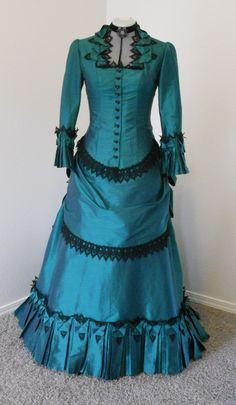 Love the lace on this 1880s Bustle Victorian style dress by Sally C Designs. Also, teal is one of my favorite colors and it's lovely to see it in play against all of the more muted colors usually associated with Steampunk.