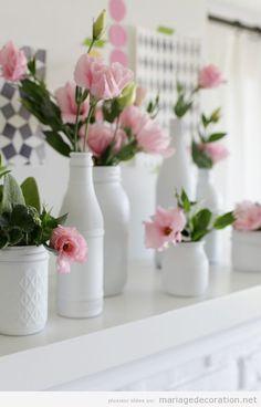 Vases blancs et fleures roses