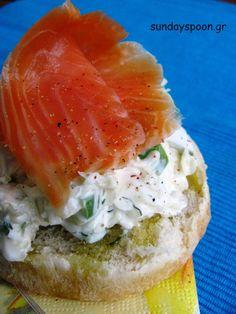 Salmon and coleslaw sandwich / Σάντουιτς με καπνιστό σολωμό και coleslaw