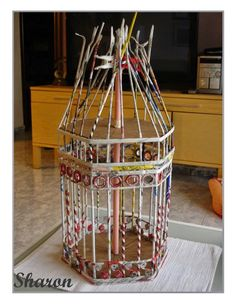 Cage from newspaper tubes, it is simple to create. The first thing I did was make a cardboard template the same way as the cage and my daughter. Diy Crafts For Adults, Diy Crafts To Sell, Easy Crafts, Newspaper Basket, Newspaper Crafts, Diy Jewlry, 3d Templates, Magazine Crafts, Paper Weaving