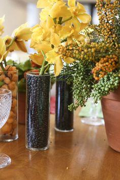 feijoada de Rodrigo que mostraremos a vocês hoje.Dedo de anjo, sementes de ligustro e orquídeas de vários tipos e alturas, ora arranjados em vasos de barro, Samba, Tropical Party, Centerpiece Decorations, Open House, Decorating Tips, Party Time, Glass Vase, Table Settings, Jessie