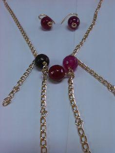 collar de cadenas y piedras de agata color fucsia
