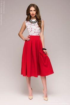 81b9fae09b4c1aa Красное платье ниже колена с расклешенной юбкой и печатным рисунком на  лифе. Прямой вырез.