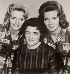 The Carter Family - from the left- Helen, Maybelle, and June. I love to hear them sing.what a treasure. Country Musicians, Country Music Artists, Country Singers, Classic Country Artists, Classic Singers, Johnny Cash June Carter, Johnny And June, Old Country Music, Country Music Stars