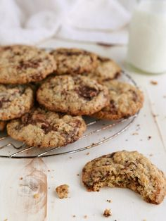 These chewy oatmeal cookies with chocolate chunks are completely flourless and incredibly addictive!