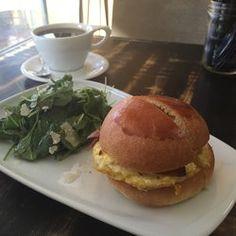 Bree'osh - Santa Barbara, CA, HAS GF STUFF United States. Eggs & Bacon Brioche avec Cafe de Handlebar